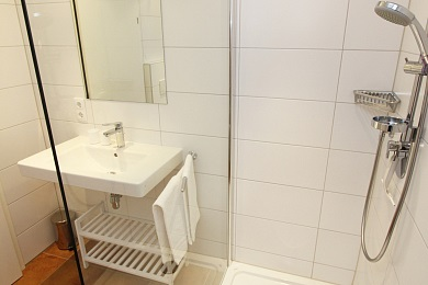 Large bathroom 2 with shower in holiday apartment 5 in the Elisabeth apartments